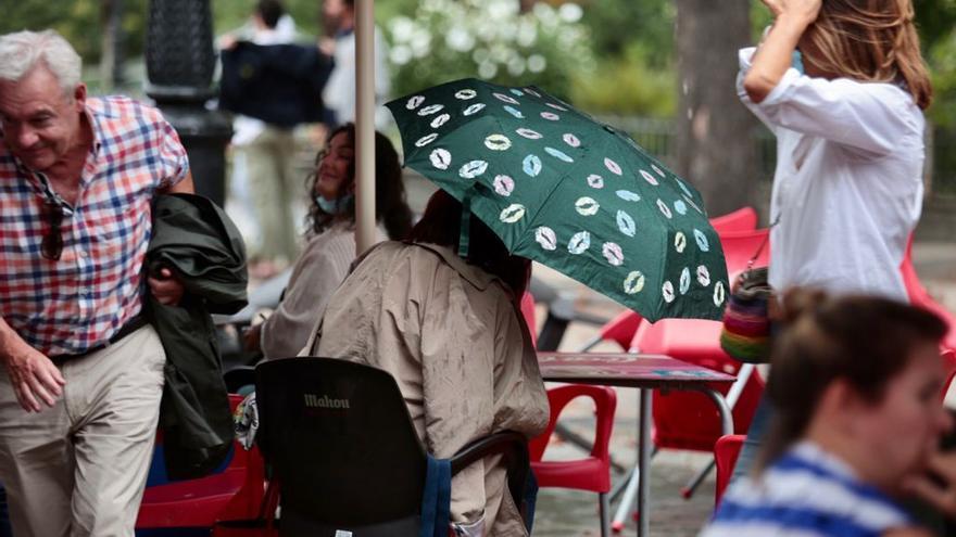 San Mateo en Oviedo: del abanico al paraguas en apenas una hora