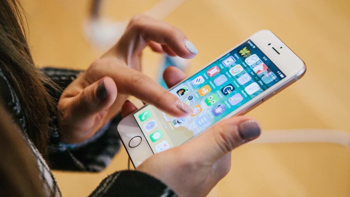 Una usuaria utiliza un iPhone 8.