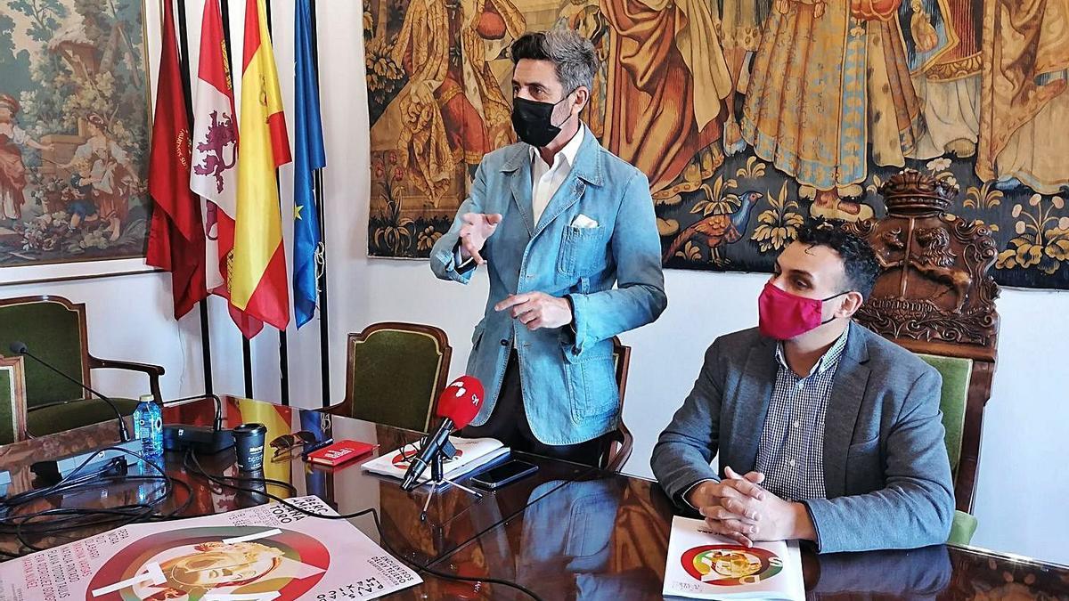Manuel Víctor del Campo (izquierda) y Tomás del Bien explican los detalles de la nueva exposición | M. J. C.