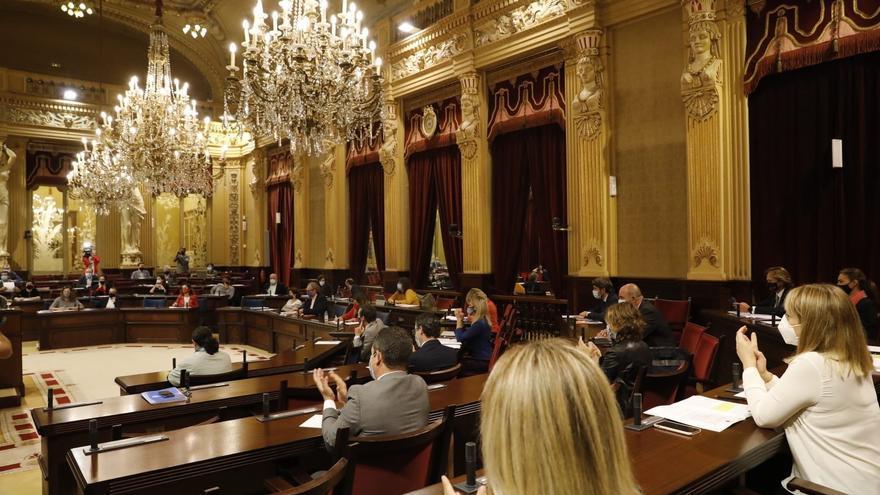 El Parlament balear guarda un minuto de silencio por el caso de violencia machista en Peguera