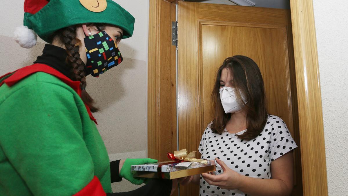 Un regalo a domicilio entregado por un elfo.