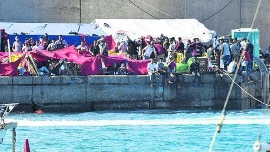 El Cabildo exige al Gobierno y la UE una acogida digna a los migrantes