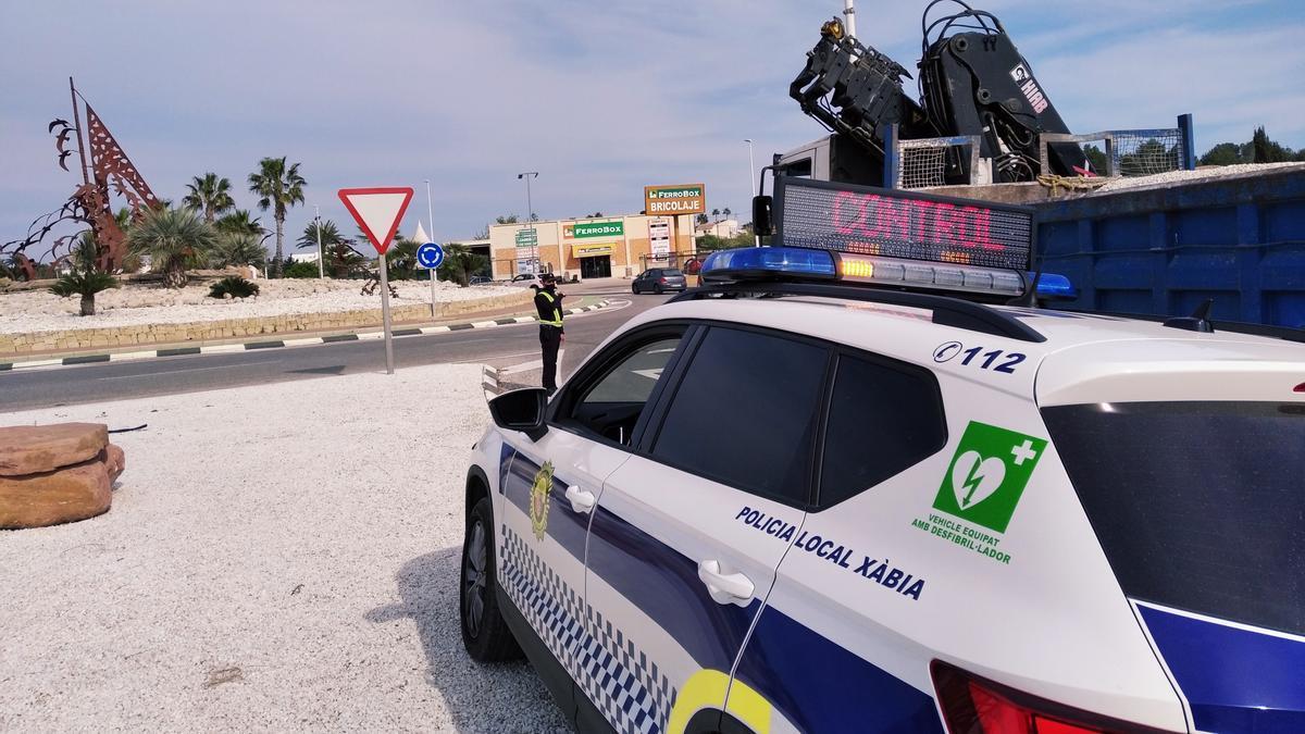 Un control policial en la entrada a Xàbia