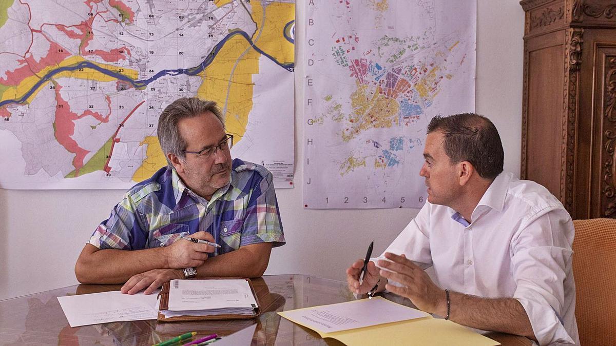 Reunión entre Francisco Guarido y Francisco José Requejo, alcalde de Zamora y presidente de la Diputación Provincial.   Emilio Fraile