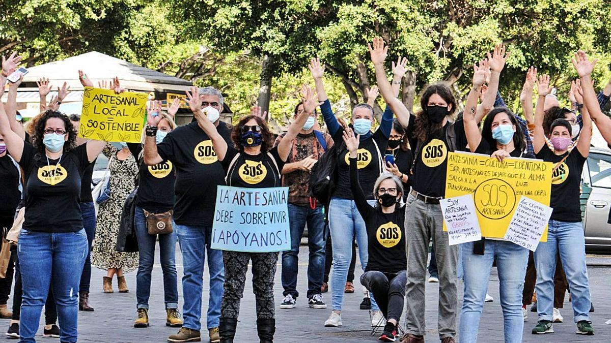 Manifestación de un grupo de artesanos ante el Cabildo, hace dos días. | | E.D.