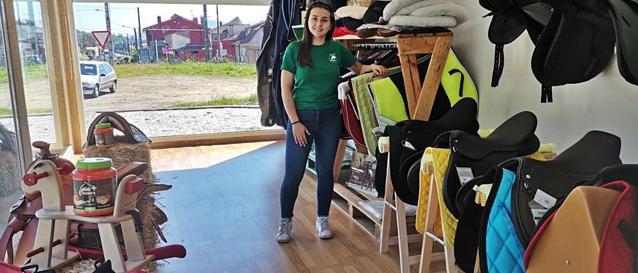 """La joven emprendedora Lara Pereira en el interior de la tienda de material hípico """"EquipeMos"""".     // D.P."""