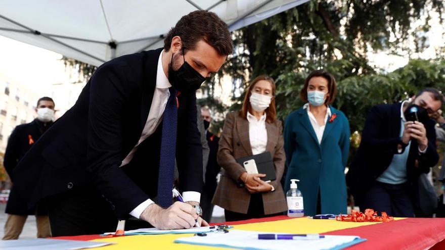 Casado firma contra la ley Celaá frente al Congreso