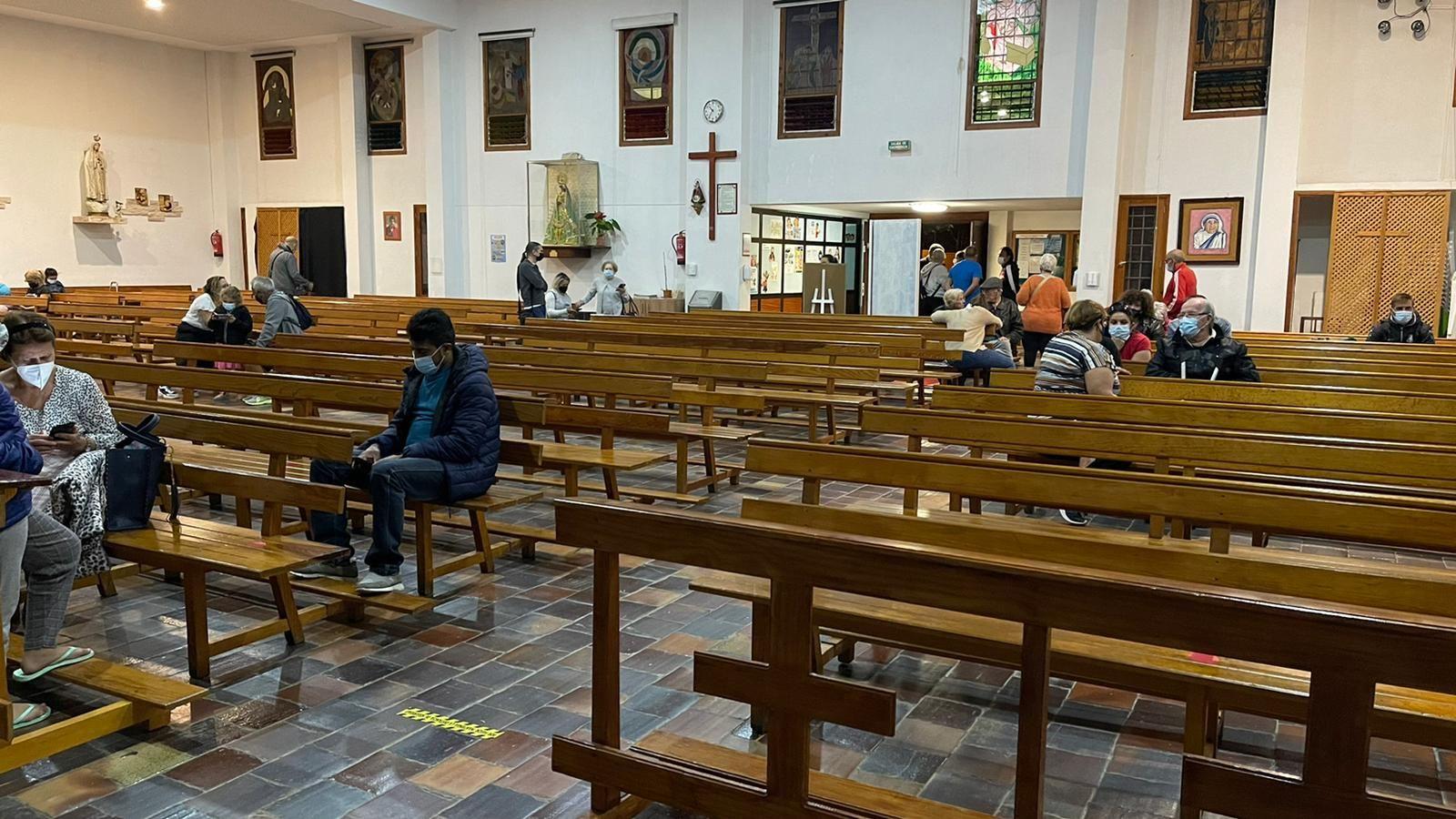 Los vecinos desalojados de un edificio de Ofra se refugian en la parroquia San Antonio de Padua, en Las Retamas.