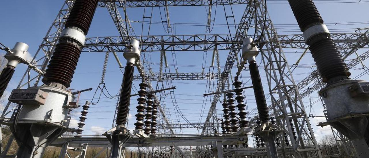 El Gobierno defiende que el precio de la luz ya cayó mientras la industria tiembla