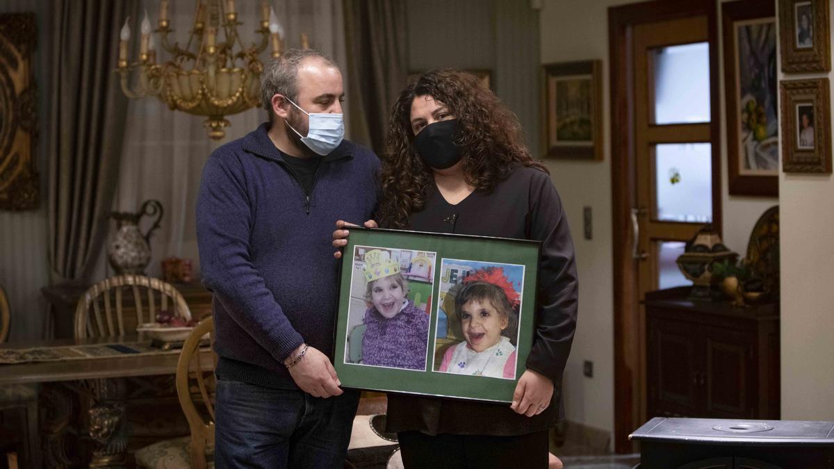 La pequeña Francina falleció por culpa del Covid. Dias después, sus padres, Ruth y Elias, aún con el enorme dolor de la perdida, nos recibieron en su casa.