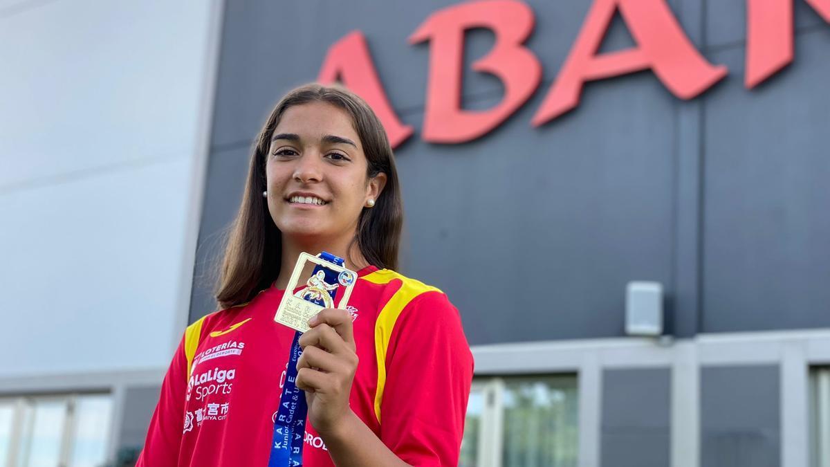Paola García, con la medalla de oro conseguida en el Campeonato de Europa de karate.