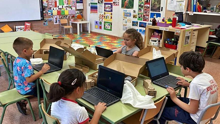 L'escola de Vallbona d'Anoia canvia 20 ordinadors amb aportacions populars