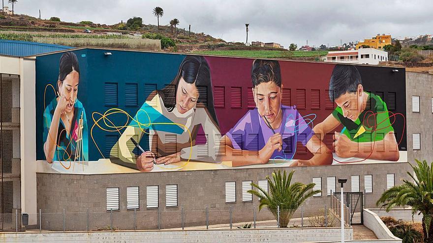 El IES de Guía inmortaliza su 70 aniversario con un mural de 290 metros cuadrados