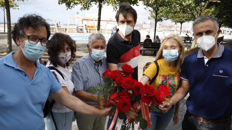 Ofrenda floral por las trece rosas