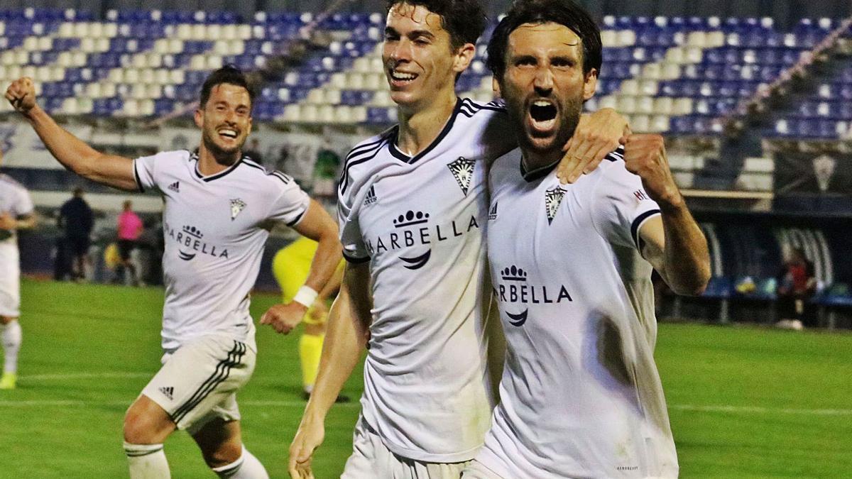 Bernal festeja con sus compañeros un tanto que supone acumular nueve puntos en lo que va de segunda fase