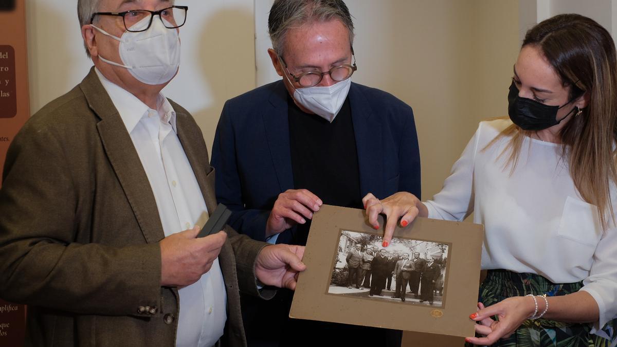 José Medina, José Antonio Sosa y Guacimara Medina, señalando en la foto a Nicolás Díaz Saavedra.