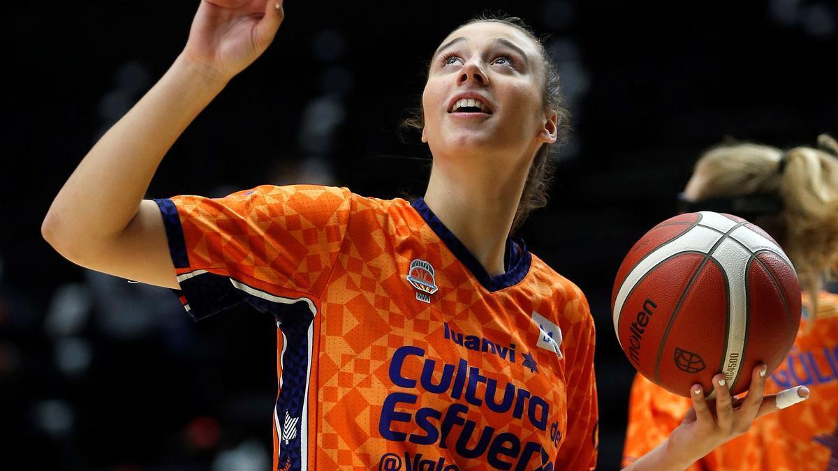 Raquel Carrera, jugadora del Valencia, durante un calentamiento.