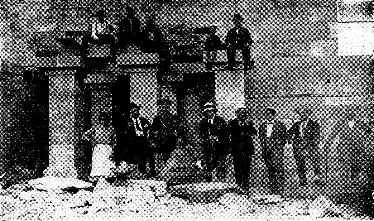 Tomás Mirambell y el contratista, Eugenio González Romero, en la parte frontal del monumento en septiembre de 1925