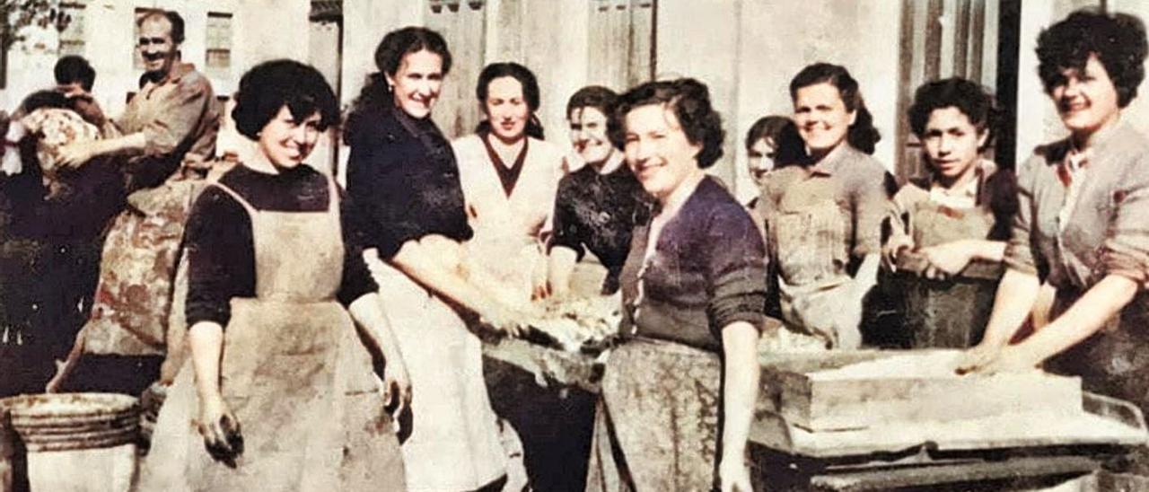 Un grupo de mujeres riosellanas de los años cincuenta del siglo XX, que aparecen en la presentación promocional de la ruta que tuvo lugar ayer. | Sociedad Etnográfica de Ribadesella