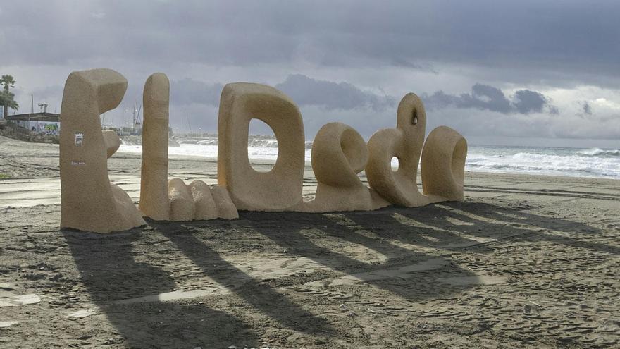 La playa de El Dedo continúa cerrada por la avería del colector de aguas residuales