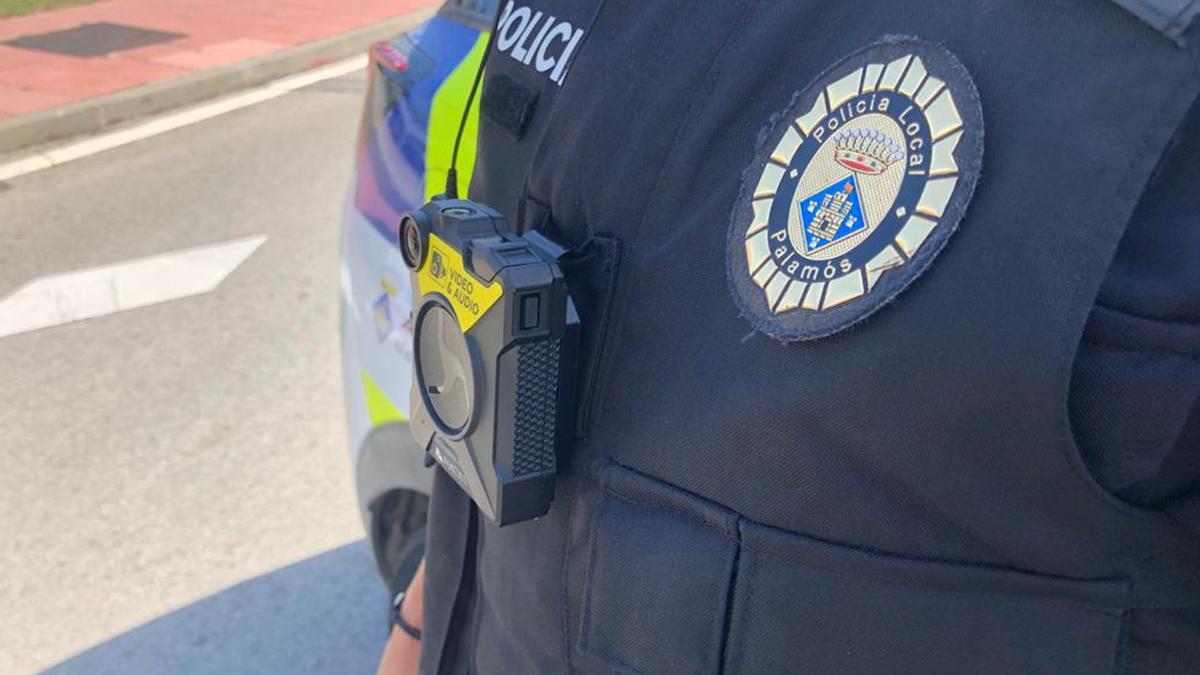 La càmera de vídeo unipersonal enganxada a l'uniforme d'un agent de la Policia Local de Palamós