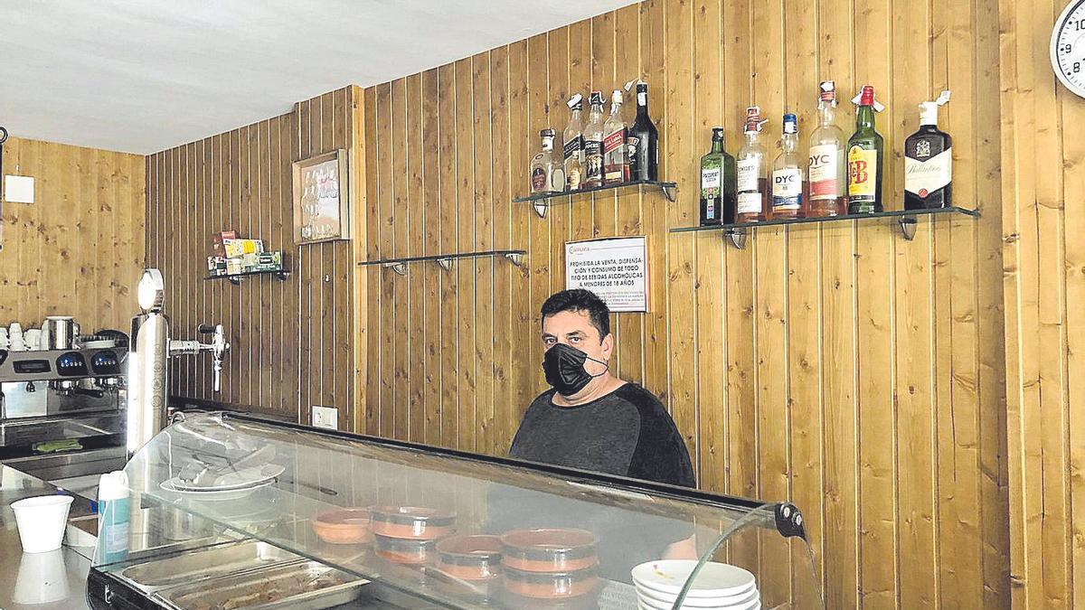 Mario Vizcaíno González posa en en el bar 'Ande Mario'.