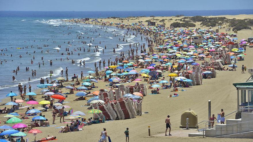 Costas reduce a la mitad el canon para los quioscos y hamacas de las playas