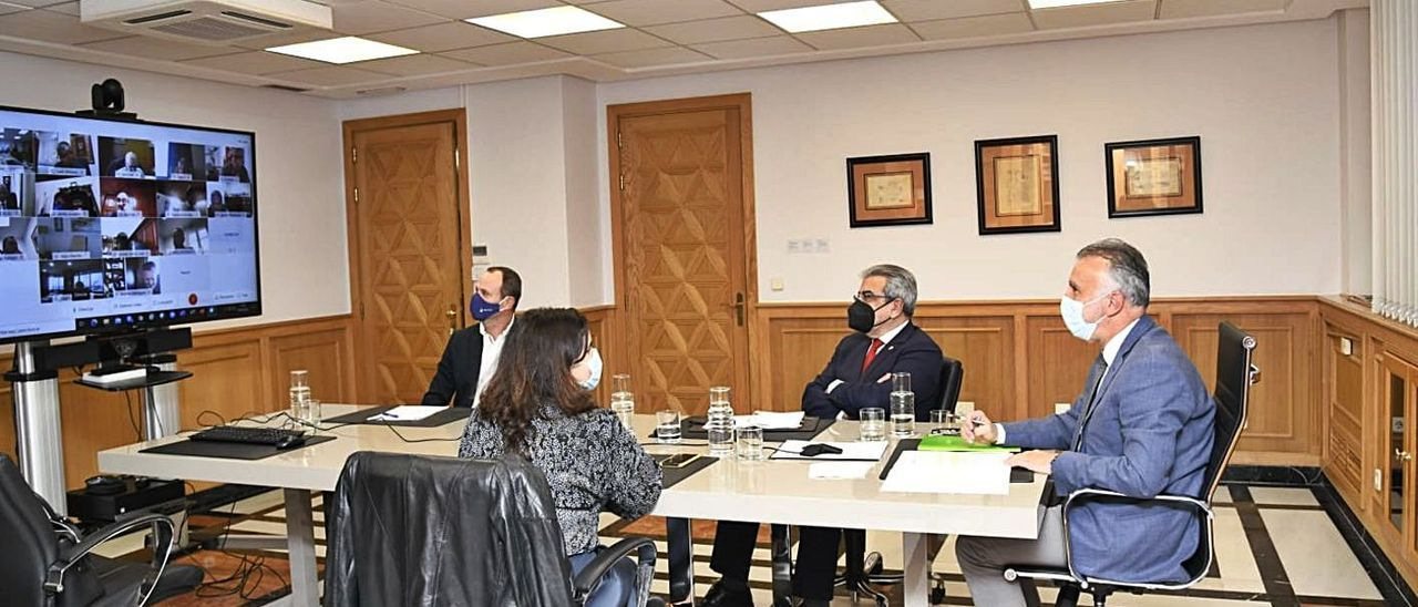 Los representantes de la Fecam con el presidente y el vicepresidente del Gobierno, ayer. | | LP/DLP