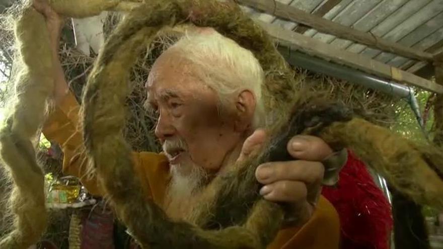 Una coleta de más de cinco metros tras 80 años sin cortarse el pelo