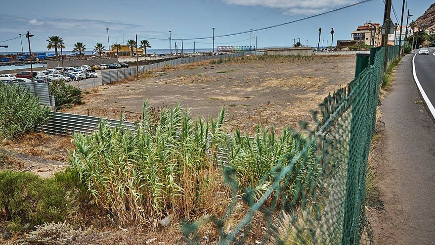 Santa Cruz de Tenerife convierte en un aparcamiento el solar del 'mamotreto' de Las Teresitas