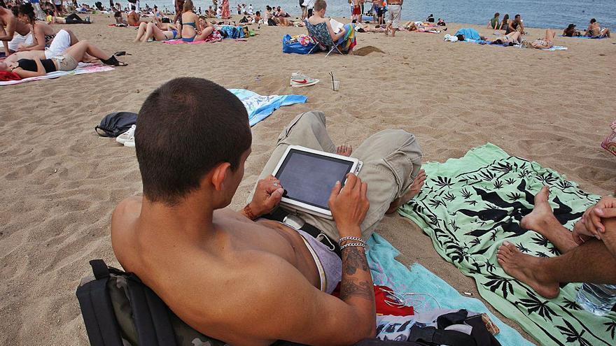 El «boom» del teletreball complica encara més la desconnexió digital a les vacances