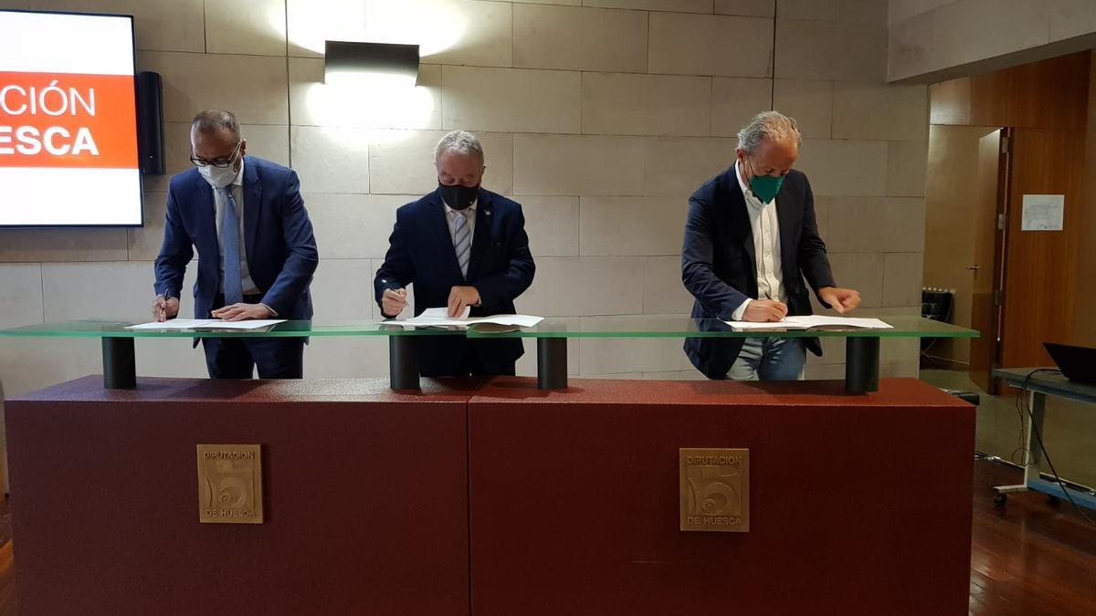Felipe Faci, Miguel Gracia y Petón firman el acuerdo, este lunes en Huesca.