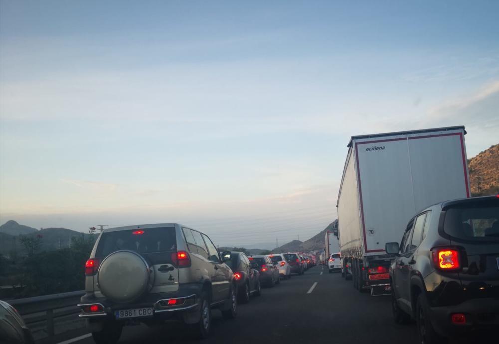 Colas en la autovía de Madrid por el incendio de un camión.