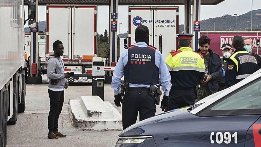 Descobreixen sis migrants ocults en un camió aturat al polígon de Santa Llogaia