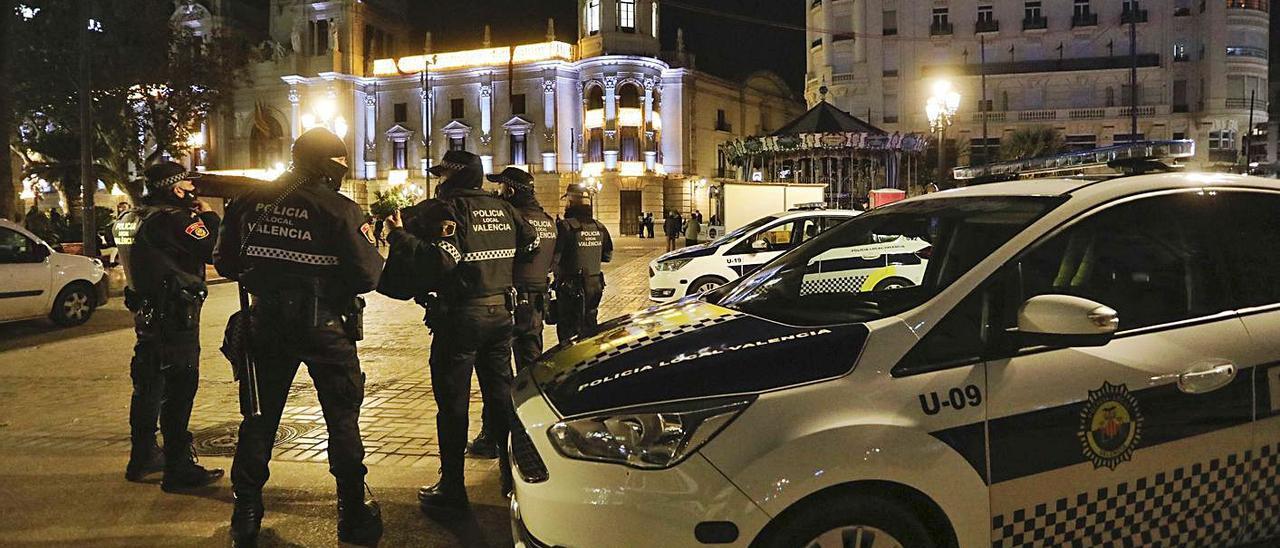 Agentes de la Policía Local en un control en València. | LEVANTE-EMV
