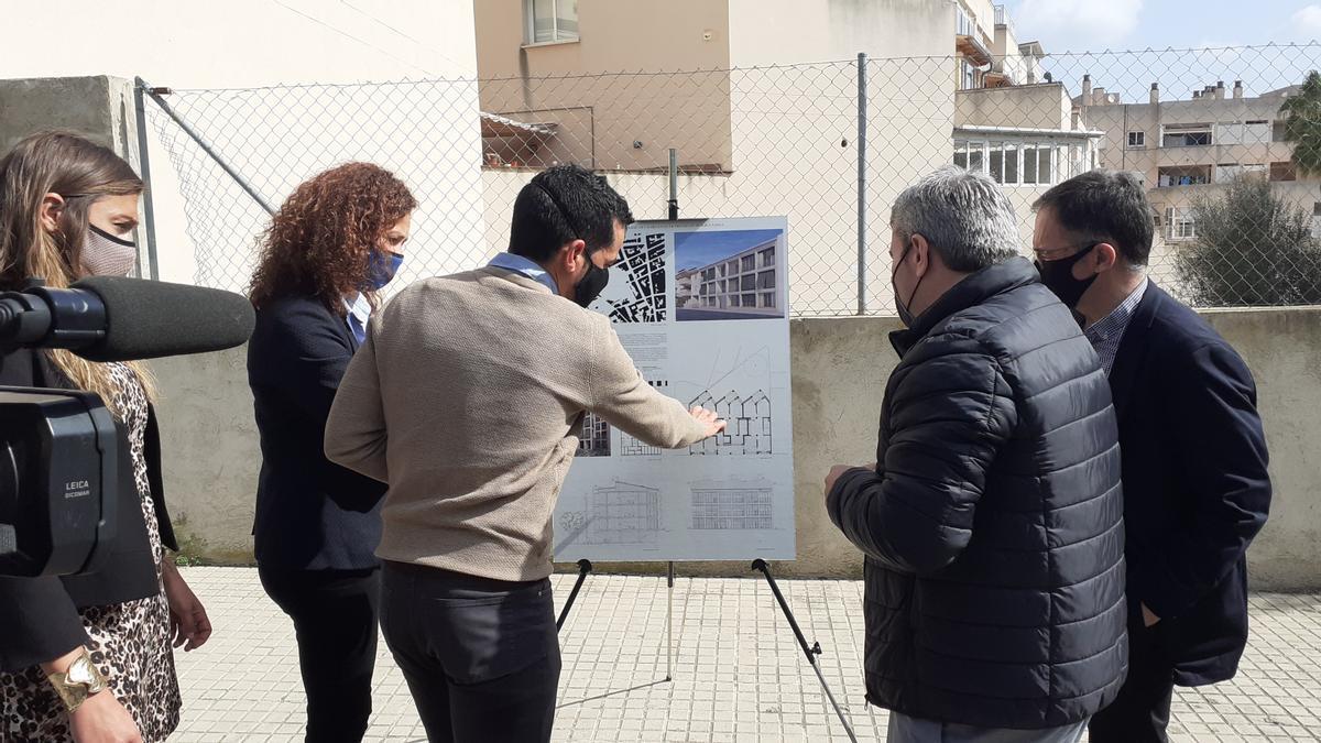 Las autoridades observan los planos de la nueva promoción de viviendas presentada hoy en Inca.
