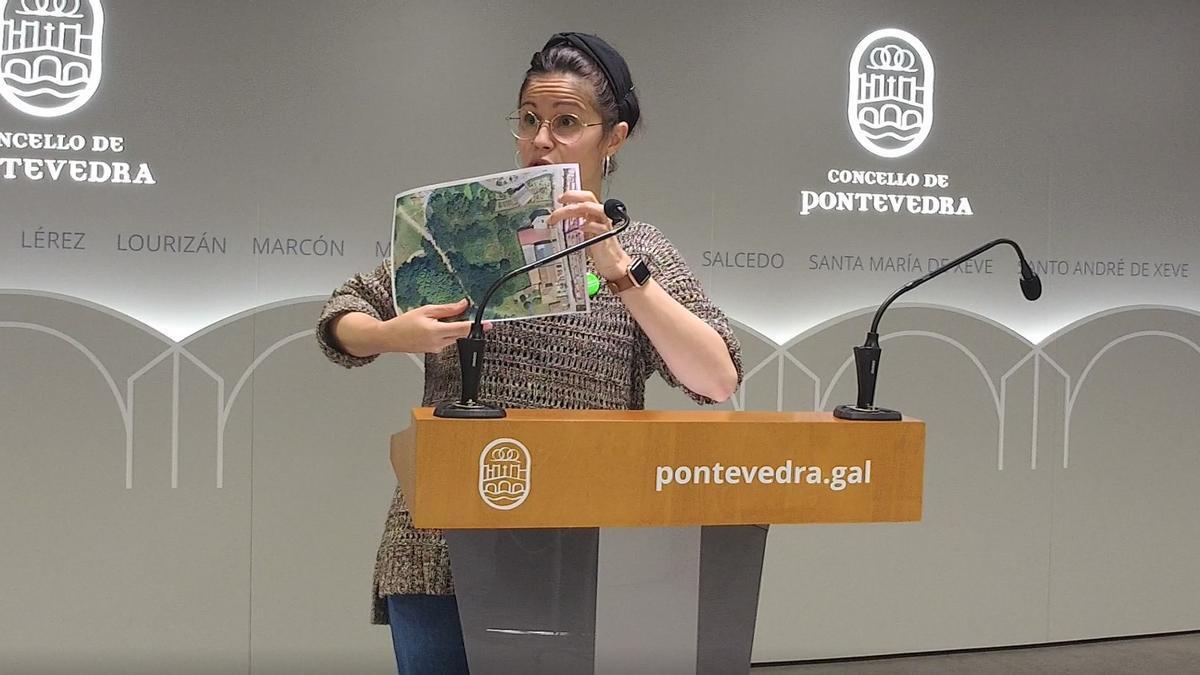 Anabel Gulías explicando la situación de la parcela expropiada.