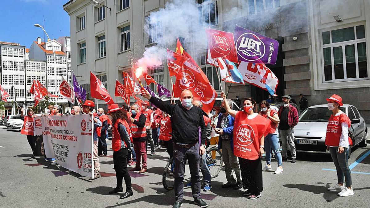 Trabajadores de Correos ayer ante la sede de la empresa en A Coruña.   | // CARLOS PARDELLAS