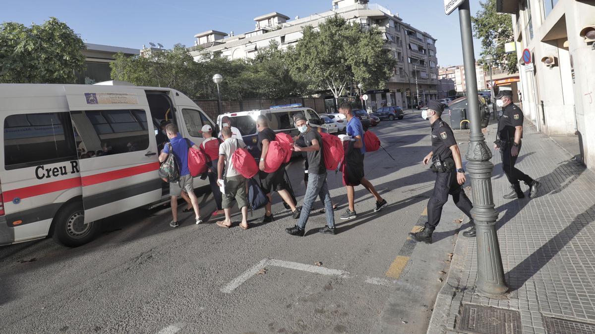 Von der Polizei aufgegriffene irreguläre Migranten in Palma de Mallorca, auf einem Bild von August 2021.