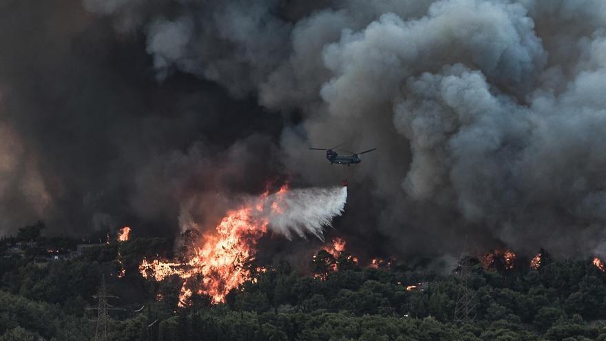 Grecia afronta grandes incendios en los suburbios de Atenas