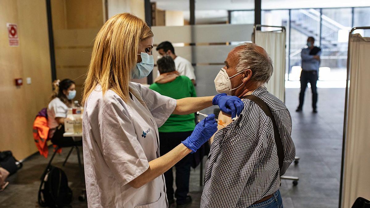 Un hombre recibe la dosis de la vacuna en el Teatro Ramos Carrión de la capital.   Emilio Fraile