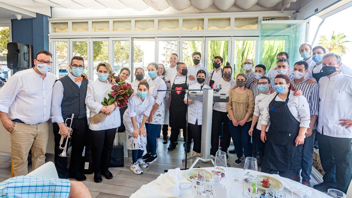 Un gran equipo de expertos camareros y estrellas de la cocina prepararon los 50 menús para el aniversario del restaurante vilero.