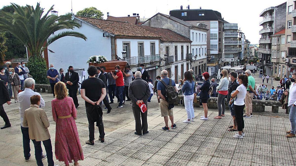 Los restos de Manuel Sánchez Ledo hacen su entrada, ayer, en la iglesia de As Dores.     // BERNABÉ/A. AGRA