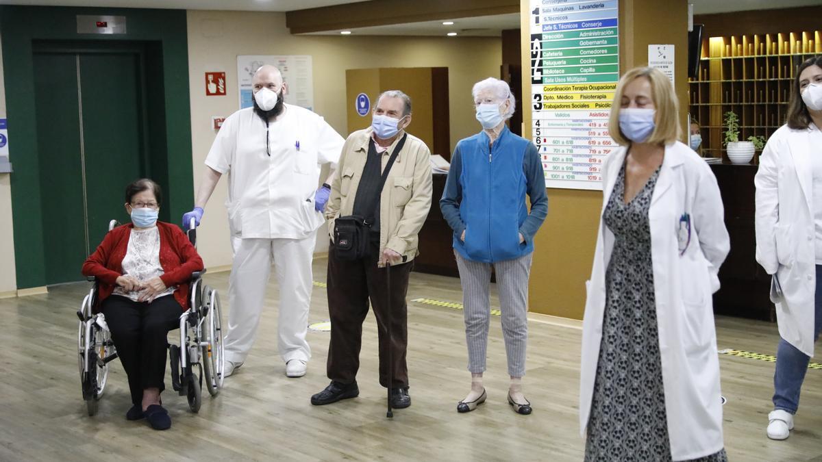 Carmen Redondo, Manuel Valentín Fernández y Carmen Cortez, en la Residencia Mixta de Gijón, tras recibir la tercera dosis de la vacuna.