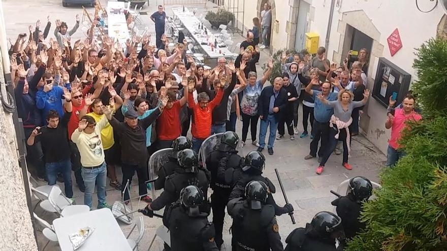 El jutjat envia a judici 27 policies nacionals i un guàrdia civil per les càrregues de l'1-O a Girona i Aiguaviva