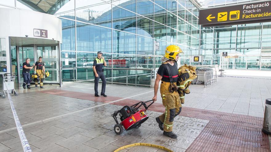 """Sanidad deja fuera del calendario de vacunación """"esencial"""" a los bomberos del aeropuerto de Alicante-Elche"""