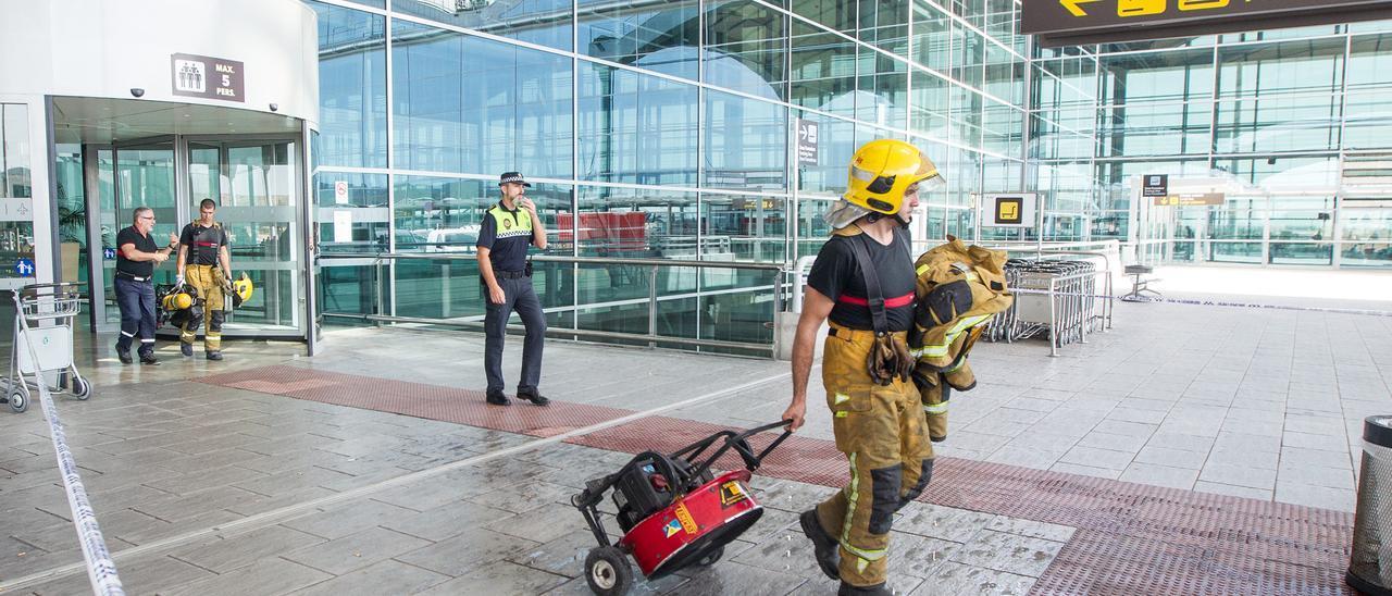 Bomberos en la terminal del aeropuerto tras sofocar un incendio en una restaurante en una imagen de archivo