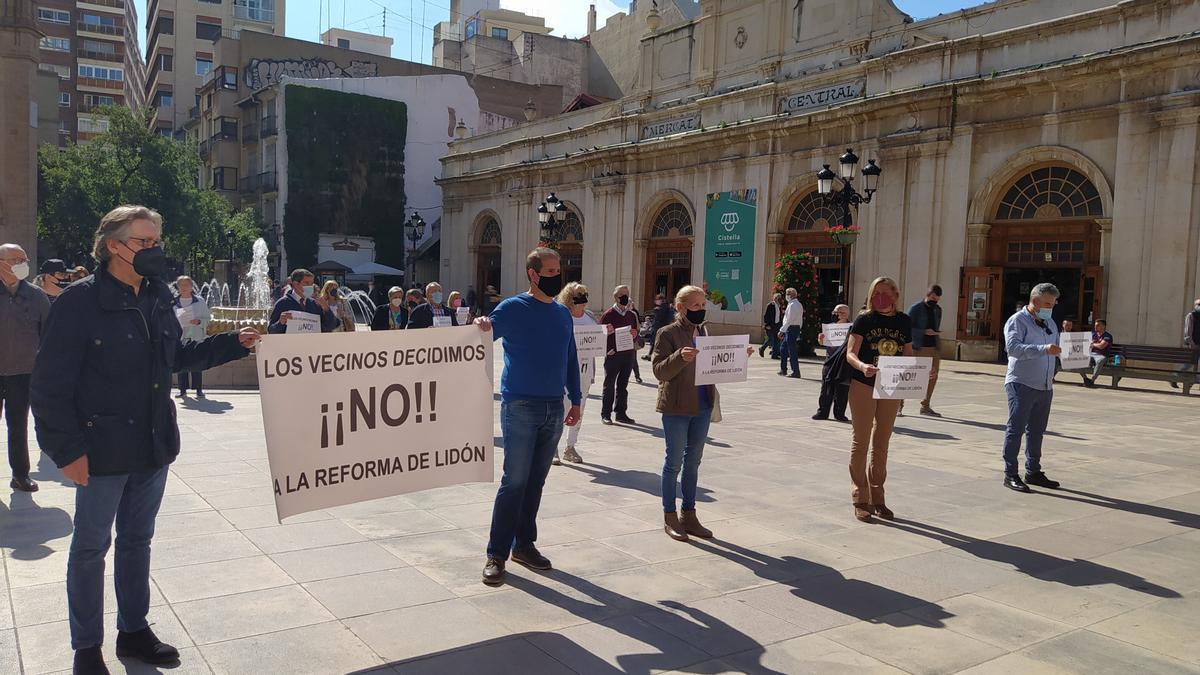 Los vecinos se concentraron enfrente del Ayuntamiento de Castelló, en la plaza Mayor.