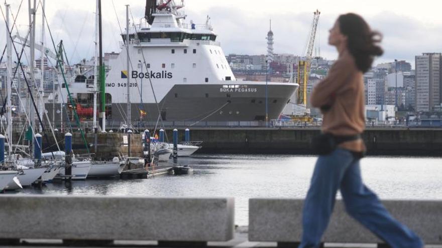 Los dos remolcadores que intentarán desencallar el 'Blue Star' ya están en la zona