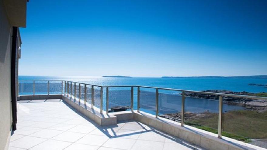 Una casa con vistas al mar.